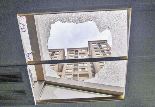 玻璃雨棚发生了自爆.jpg